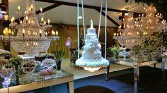 Mesa de bolo suspenso envolto em pedras preciosas,