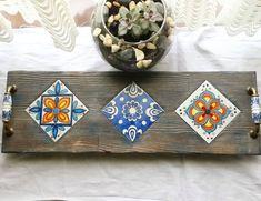 💙Sunum tepsisi💙#cini #cinitepsi #çinikaro #ciniaski #tile #tileart #elyapımı #handmad #tilepainting #woodart #elemeği #elboyama… Mosaic Diy, Mosaic Crafts, Reclaimed Wood Projects, Diy Wood Projects, Ceramic Painting, Diy Painting, Reuse Old Tires, Cool Coasters, Pintura Country