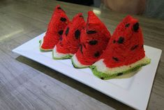 In one of the weirdest and most confusing food mash-ups we've ever seen, a Taiwanese bakery has invented a loaf of bread that looks just like the equally bizarre square watermelons popular in Japan.