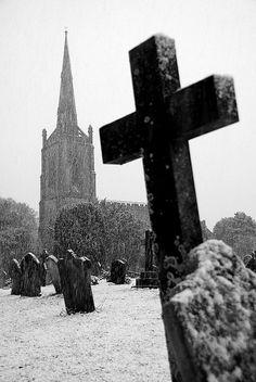Snow. S) Cemetery Headstones, Old Cemeteries, Cemetery Art, Graveyards, Gothic Aesthetic, Death Aesthetic, Spiritus, Old Churches, Memento Mori