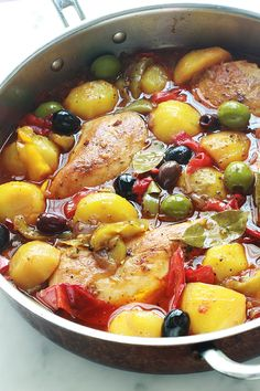 Frango com pimentos, batatas, cebolas, azeitonas, receita fácil Meat Recipes, Chicken Recipes, Cooking Recipes, Healthy Recipes, Recipe Chicken, Recipe Pasta, Spicy Dishes, Chicken Stuffed Peppers, Chicken Olives