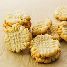 You'll love these low carb / ketogenic butter cookies that are healthy and easy to make. Only 4 ingredients and perfect as a Christmas cookie!