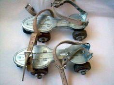 Patines 'Sancheski'.. La primera versión conocida de patines apareció en 1760 cuando Joseph Merlin, un fabricante de instrumentos musicales en Londres decidió hacer su entrada a una fiesta de disfraces tocando el violín y a su vez patinando sobre unas botas a las cuales había adaptado unas ruedas de metal.. En 1819 M. Petitbled, en Paris, patentó los primeros patines sobre ruedas..