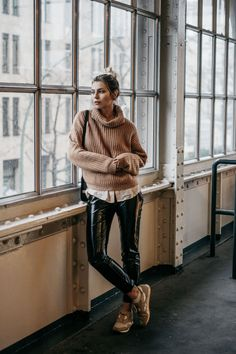 3. Wochenrückblick | Fashion Blog from Germany. Camel knit sweater+white shirt+black leather pants+camel sneakers+black shoulder bag. Winter Casual Outfit 2017