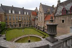 The Markiezenhof This palace was built in the late 15th century and the Marquis of Bergen op Zoom names at that time place here. The palace was to make the visit impressed and already offered the space for parties and celebrations. The splendor of that era is still present.            NL