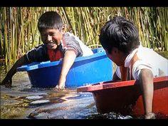 Niños cruzan el Titicaca en bateas para llegar al colegio