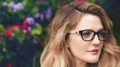 Drew Barrymore is a true jack of all trades. Already a successful actress, author, and beauty maven, she can now add another accomplishment to her impressive résumé of achievements — Drew Barrymore is launching a line of eyewear, thereby officially… Cute Glasses, New Glasses, Girls With Glasses, Makeup With Glasses, Makeup Tips, Eye Makeup, Hair Makeup, Makeup Ideas, Jenifer Aniston