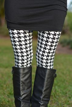 Pair these houndstooth leggings with a Simply Me tunic, boots, scarf, and you're all set for a stylish look! One Size. Mia L is size wearing our Houndstooth leggings with a Patterned Leggings Outfits, Printed Leggings, Black And White Leggings, Black White, Black Boots, Fall Outfits For Work, Swagg, Look Fashion, Houndstooth