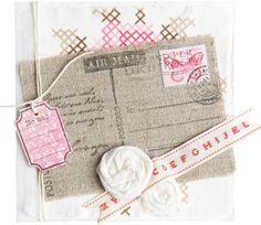 Postkaart  Benodigd materiaal   dubbele witte kaart van 13,5×13,5 cm  Eline's Huis dessinpapier en stempels  zwarte stempelinkt  dessinstof Vintage (Eline's Huis)  linnen stof  lint (www.ribbonstore.nl)    Zo maak je de postkaart  Scheur een stuk dessinstof van 12,5×12,5 cm en plak dit met textiellijm op de kaart.