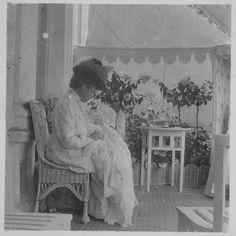 A Imperatriz Viúva Maria Feodorovna com a bisneta Princesa Irina Felixovna Yussupova 'Bebé' em seus braços.