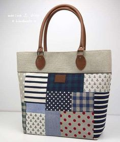 Patchwork Bag: 45 modelos y paso a paso Sacs Tote Bags, Tote Purse, Fabric Purses, Fabric Bags, Patchwork Bags, Quilted Bag, My Bags, Purses And Bags, Bag Quilt