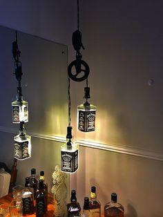 Minha versão de Lustre pendente com garrafas de Whiskey Jack Daniel's.