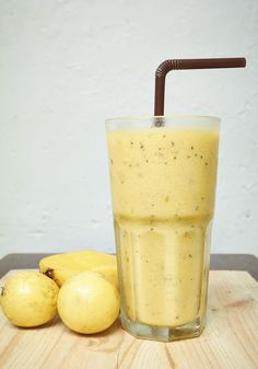 Esse smoothie ajuda a reduzir o stress - Maracujá, banana, alface e água Smoothies Detox, Healthy Breakfast Smoothies, Healthy Drinks, Brazilian Drink, Bebidas Detox, Low Carb Recipes, Healthy Recipes, Menu Dieta, Milk Shakes