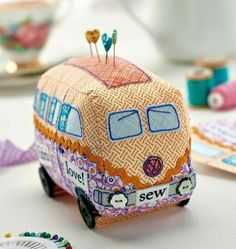 Just about the cutest pin cushion ever!!! Get the free template here ---> http://www.crafts-beautiful.com/projects/campervan-pincushion