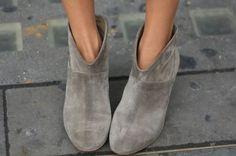 Weet jij hoe je je suède schoenen weer schoon krijgt? Soms heb je gewoon een beetje hulp nodig. Schoenen schoonmaken? Zo doe je het!