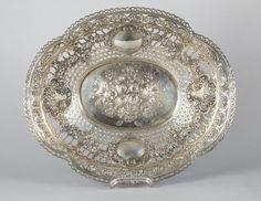 Große ovale SchaleSilber 800. Floraler Dekor. Durchbrochene Wandung. Passiger Rand. L. 48 cm. Ca. 1 — Silber