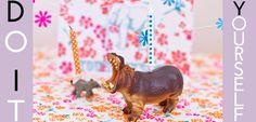 Comme tous les parents, vous avez forcément 3 milliards de petites figurines en plastique d'animaux en tout genre. Aujourd'hui, on va vous montrer comment les recycler en porte-bougies pour illuminer le gâteaux d'anniversaire de vos enfants !