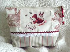 Grande TROUSSE zippée ** PAUSE LECTURE ** Broderie Point de croix Techniques Couture, Le Point, Cross Stitching, Fabric Crafts, Diaper Bag, Shabby Chic, Quilts, Sewing, Pattern