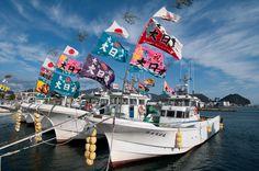 大漁旗を掲げた漁船