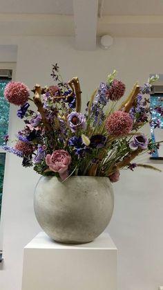 Betonnen pot op zuil decoratietakken en zijde bloemen www.decoratiestyling.nl