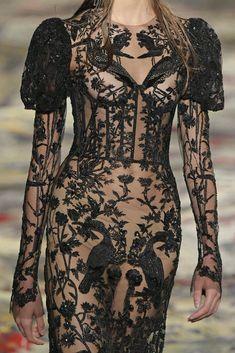 Alexander McQueen RTW Spring 2017 - Visit the post for more. Fashion Week Paris, Runway Fashion, Fashion News, High Fashion, Womens Fashion, Alexander Mcqueen 2017, Alexander Mcqueen Savage Beauty, Haute Couture Style, Cheongsam