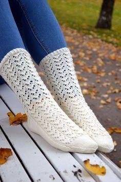 Syysunelma -sukkien pitsineule herätti monessa kanssaneulojassa niin paljon kiinnostusta ja pyyntöjä, joten tässä siihen sanallinen ohje. ... Knitting Videos, Knitting Stitches, Knitting Designs, Knitting Socks, Knitting Patterns, Lace Socks, Wool Socks, Crochet Slippers, Knit Crochet