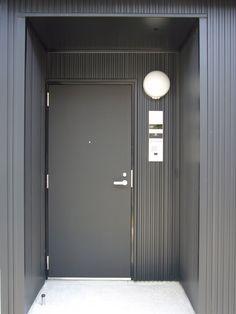 真っ黒な玄関ドア