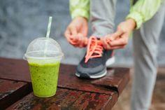 Grønn smoothie som mat etter trening og dame som knyter joggesko