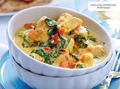 The chicken curry with spinach and tomatoes is cooked at lightning speed in just 20 minutes. The flavors of curry and coconut milk make the popular low carb dish particularly tasty. Best Chicken Curry Recipe, Yummy Chicken Recipes, Yum Yum Chicken, Sausage Recipes, Biryani, Korma, Grilling Recipes, Cooking Recipes, Curry Coco