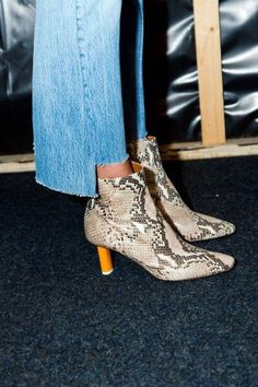 awesome Vetements Jeans Reworked Vintage Denim DIY Inspo , Vetements, a new designer label that is on everybody's lips has created a pair of reworked vintage denim that has rocked the fashion world. Bootie Boots, Shoe Boots, Ankle Boots, Foto Fashion, Jeans Fashion, In Vivo, Fashion Looks, Style Fashion, Vintage Denim