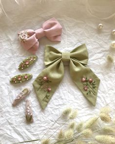 Diy Embroidery Patterns, Flower Embroidery Designs, Bead Embroidery Jewelry, Hand Embroidery Patterns, Fabric Jewelry, Floral Embroidery, Beaded Embroidery, Diy Hair Bows, Diy Bow