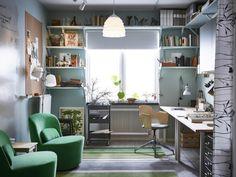 Un birou cu multe spaţii de depozitare şi un loc pentru întâlniri