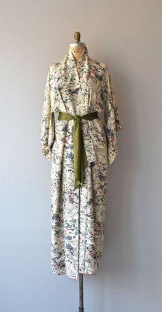 Aki Hana kimono silk kimono robe vintage japanese by DearGolden Vintage Lace, Vintage Dresses, Nice Dresses, Vintage Outfits, Vintage Fashion, Japanese Kimono, Japanese Fashion, Kimono Fashion, Fashion Outfits