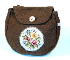 Sei gerüstet für den Sommer! Hübsche Gürteltasche aus braunem Walkloden. Ein hübsches Vintage Bild mit Blumen ist aufgenäht. Dieses Gobelin Bild wu...