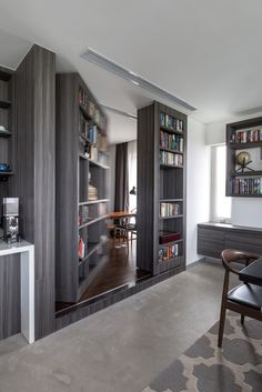 Ever had the desire to have a secret room at home? Each secret room must also have an entrance or a hidden door to go to the secret room. Usually, a hidden door leads to a different secret room. Bookshelf Door, Office Bookshelves, Hidden Spaces, Hidden Rooms, Hidden Panic Rooms, Small Spaces, Door Design, House Design, Safe Room