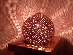 Lampe en noix de coco sculptée.....carved coconut lamp VENDUE/ SOLD
