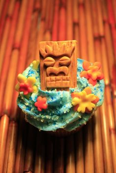 I LOVE these little edible tiki cupcake toppers! perfect for your next luau! By Eye Candy Sugar