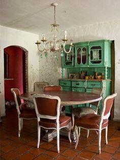 Un ejemplo de como lo clásico puede funcionar si se hace una buena combinación ... mesa antigua, mezclada con un mueble verde patinado y lámpara de araña central
