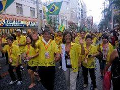 県主催「第5回世界のウチナーンチュ大会」  パレードに参列するブラジル町人会(国際通り)