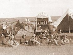 Around the cattle driving was on the move from Texas to the Midwest. Colonel Charles Goodnight bought a war-surplus munitions wagon and converted it into a travelling kitchen. It was named after its founder, Chuck Goodnight. Texas History, Us History, American History, Cowboy History, History Photos, Old West, Old Pictures, Old Photos, Vintage Photos