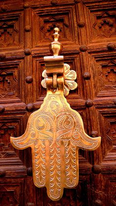 Hamsa door knocker ~ The Hamsa evokes spring, abundance and the Garden of Eden. Hamsa door knocker ~ The Hamsa evokes spring, abundance and the Garden of Eden. Door Knobs And Knockers, Knobs And Handles, Door Handles, Les Doors, Windows And Doors, Hand Der Fatima, Door Detail, Unique Doors, Le Far West
