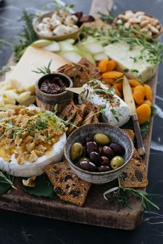 How to Style a Beautiful Cheeseboard – Cheese Platter Ideas holiday appetierz apps holiday appetierz Charcuterie And Cheese Board, Charcuterie Platter, Cheese Boards, Charcuterie Display, Snack Platter, Catering Display, Catering Food, Platter Board, Platter Ideas