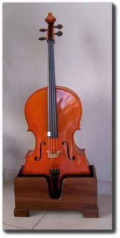 Cello Stand - less portable than metal but more beautiful Violin Stand, Music Stand, Cellos, Cello Music, Bois Diy, Musical Instruments, Musicals, Easy Peasy, House