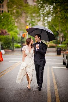 Adorable rainy wedding photo: http://www.stylemepretty.com/new-york-weddings/new-york-city/queens/long-island-city/2014/10/21/urban-chic-spring-wedding-at-the-foundry/ | Photography: Dave Robbins - http://www.daverobbinsphotography.com/