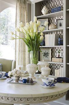 Vintage Wohnzimmer Holztisch Tulpenstrauss Porzellan Regale Mit Bchern Und Bildern Darauf