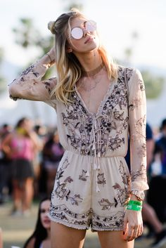 What to wear on Coachella What hairstyle to try when the festival has come? There are 30 best style ideas to try for Coachella 2018 Rave Outfits, Boho Outfits, Fashion Outfits, Fashion Styles, Gypsy Style Outfits, Latest Fashion, Fashion Trends, Hippie Look, Modern Hippie