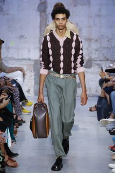 See the complete Marni Spring 2018 Menswear collection.