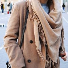 C h a l e ✖️ Les temperatures se rafraîchissent mais elles s'accompagnent de gros pulls tout doux Plus de photos sur le blog  Styled by Charlotte 2.0