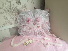 Coussin 38x34cm Patchwork rose blanc vert dentelle noeud perle fleurs fait-main Shabby Chic de la boutique Monautrefois sur Etsy