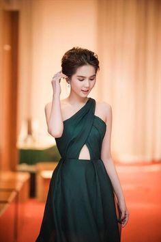 Đầm dạ hội lệch vai xinh như ngọc trinh Club Dresses, Nice Dresses, Short Dresses, Prom Dresses, Formal Dresses, Fashion Design Sketchbook, Sexy, Strapless Dress Formal, Asian Girl
